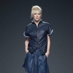Chaqueta y falda azul de piel de primavera/verano 2015 de Etxeberría en Madrid Fashion Week