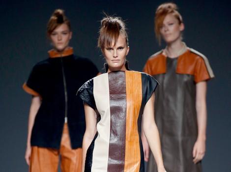 Vestido de rayas y piel de primavera/verano 2015 de Etxeberría en Madrid Fashion Week
