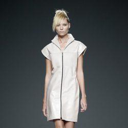 Vestido blanco de piel de primavera/verano 2015 de Etxeberría en Madrid Fashion Week