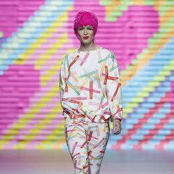 Mono con rayitas de colores de Ágatha Ruiz de la Prada en Madrid Fashion Week primavera/verano 2015