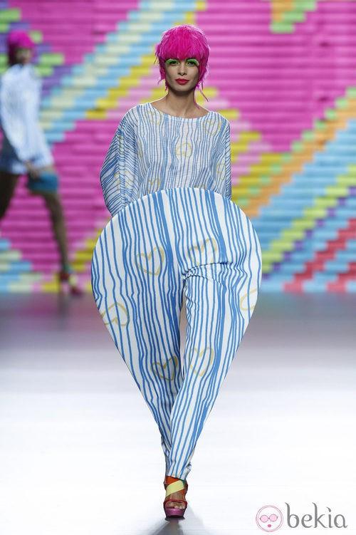 Mono con rayas azules de Ágatha Ruiz de la Prada en Madrid Fashion Week primavera/verano 2015
