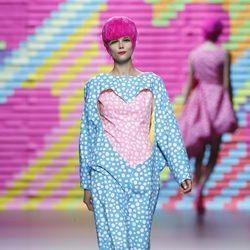 Vestido azul con corazón rosa de Ágatha Ruiz de la Prada en Madrid Fashion Week primavera/verano 2015