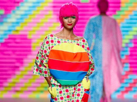 Vestido de arcoíris de Ágatha Ruiz de la Prada en Madrid Fashion Week primavera/verano 2015