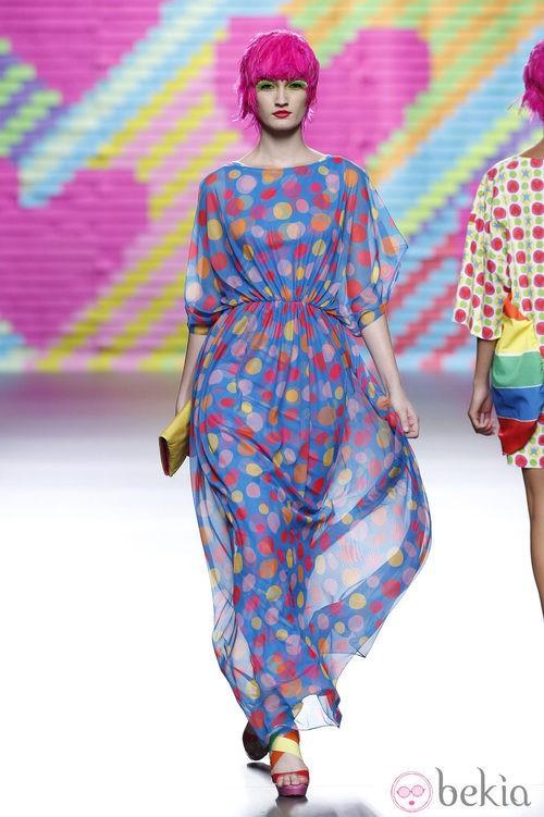Vestido azul con lunares de colores de Ágatha Ruiz de la Prada en Madrid Fashion Week primavera/verano 2015