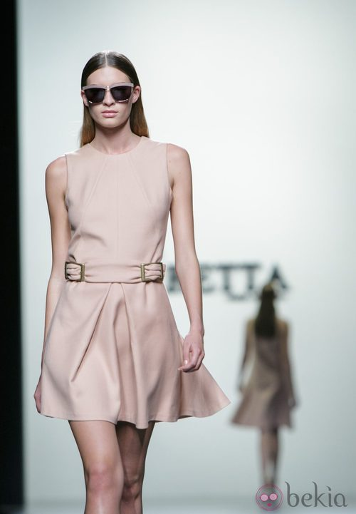 Vestido rosa maquillaje de Roberto Torretta en Madrid Fashion Week primavera/verano 2015