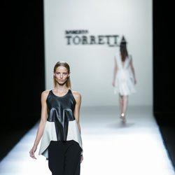 Conjunto black&white de Roberto Torretta en Madrid Fashion Week primavera/verano 2015