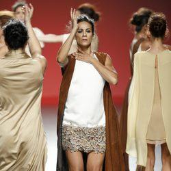 Vestido blanco con chaleco marrón de Duyos en Madrid Fashion Week primavera/verano 2015