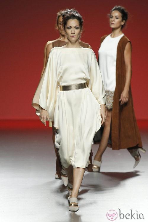 Vestido color crema de Duyos en Madrid Fashion Week primavera/verano 2015