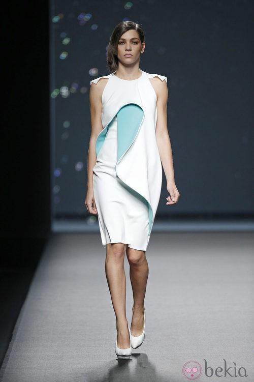 Vestido azul y blanco de AA de Amaya Arzuaga primavera/verano 2015 en Madrid Fashion Week