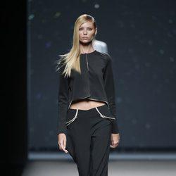 Pantalón y chaqueta negra de AA de Amaya Arzuaga primavera/verano 2015 en Madrid Fashion Week
