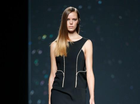 Vestido negro corto de AA de Amaya Arzuaga primavera/verano 2015 en Madrid Fashion Week