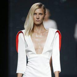 Vestido blanco y rojo de AA de Amaya Arzuaga primavera/verano 2015 en Madrid Fashion Week