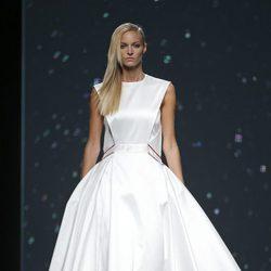 Vestido blanco con vuelo de AA de Amaya Arzuaga primavera/verano 2015 en Madrid Fashion Week