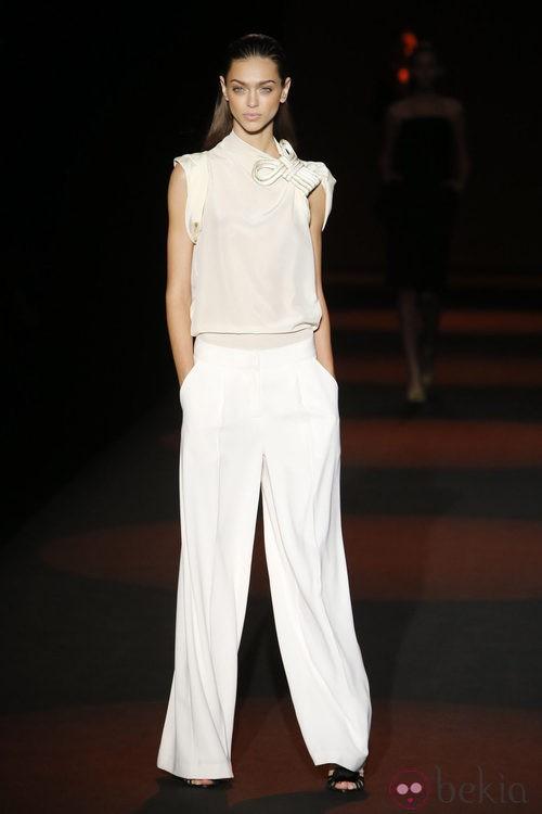 Blusa vaporosa y pantalón sastre de Miguel Palacio primavera/verano 2015 en Madrid Fashion Week