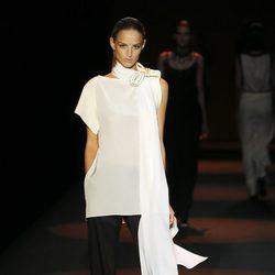 Blusa vaporosa con pantalón sastre negro de Miguel Palacio primavera/verano 2015 en Madrid Fashion Week