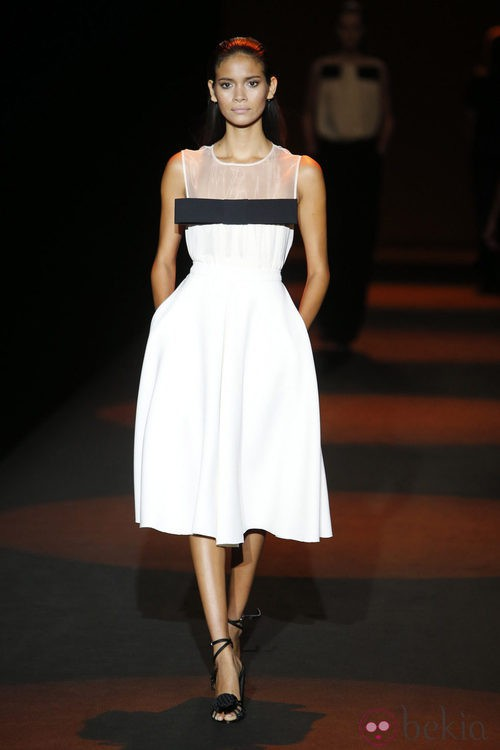 Vestido blanco con lazo negro de Miguel Palacio primavera/verano 2015 en Madrid Fashion Week
