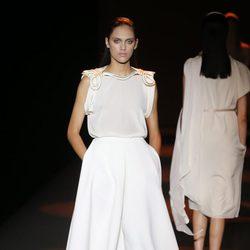 Falda y blusa blanca con pasamonerías dorados de Miguel Palacio primavera/verano 2015 en Madrid Fashion Week