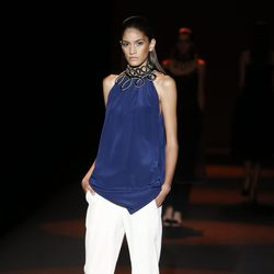 Blusa con pasamanerías doradas y capri blanco de Miguel Palacio primavera/verano 2015 en Madrid Fashion Week