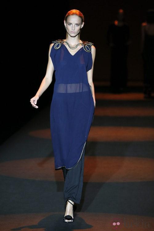 Blusa Transparente azul marino con capri negro de Miguel Palacio primavera/verano 2015 en Madrid Fashion Week