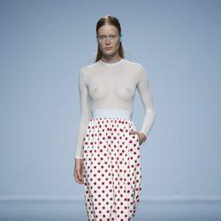 Falda alta blanco con círculos rojos de Davidelfin en Madrid Fashion Week primavera/verano 2015