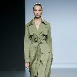 Gabardina verde militar de Ángel Schlesser en Madrid Fashion Week primavera/verano 2015