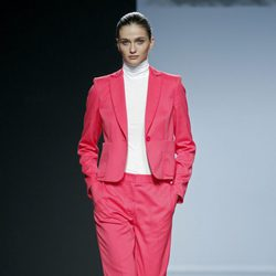 Traje fucsia de Ángel Schlesser en Madrid Fashion Week primavera/verano 2015