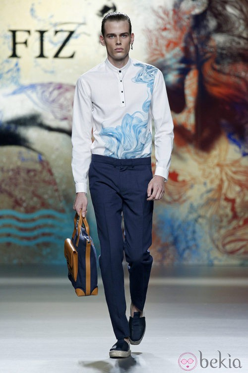 Pantalón azul con camisa blanca de Ion Fiz en Madrid Fashion Week primavera/verano 2015