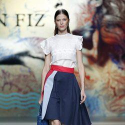 Falda de vuelo con camisa blanca de Ion Fiz en Madrid Fashion Week primavera/verano 2015