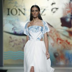 Vestido blanco de Ion Fiz en Madrid Fashion Week primavera/verano 2015