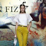Pantalón color mostaza de Ion Fiz en Madrid Fashion Week primavera/verano 2015