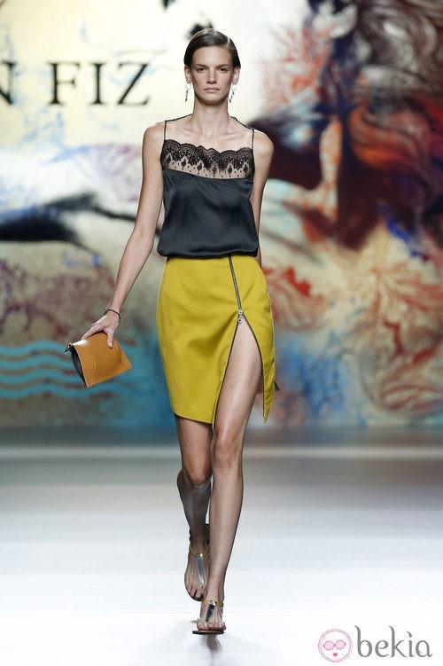 Falda mostazada con camiseta negra de Ion Fiz en Madrid Fashion Week primavera/verano 2015