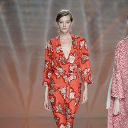 Mono rojo con flores de Ailanto en Madrid Fashion Week primavera/verano 2015
