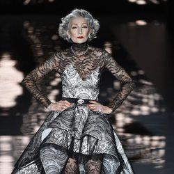 Alicia Borrás desfilando para Andrés Sardá en Madrid Fashion Week primavera/verano 2015