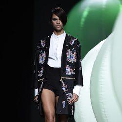 Chaqueta negra con flores de Alvarno primavera/verano 2015 en Madrid Fashion Week