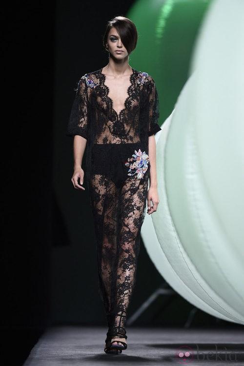 Vestido con encaje y transparencias de Alvarno primavera/verano 2015 en Madrid Fashion Week