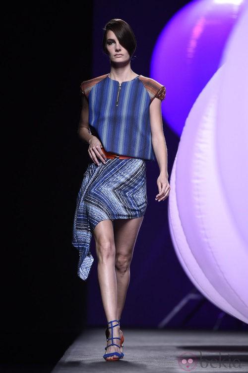 Conjunto de rayas azules de Alvarno primavera/verano 2015 en Madrid Fashion Week