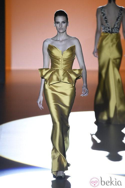 Vestido mostaza de Hannibal Laguna en Madrid Fashion Week primavera/verano 2015