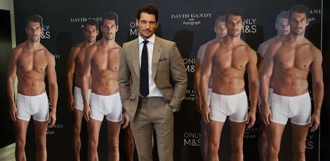 David Gandy posa junto a sus carteles a tamaño real en la presentación de 'David Gandy for Autograph'
