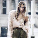 Abrigo de pelo, top lencero y pantalón de pinzas de H&M para otoño/invierno 2014