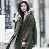 Vestido lencero y trench verde militar de H&M para otoño/invierno 2014