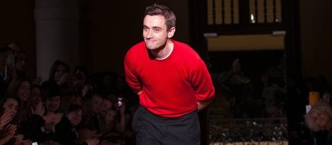 El diseñador Guillaume Henry tras un desfile de Carven