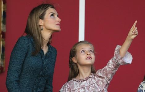 La Princesa Leonor y la Reina Letizia no se pierden ni un detalle del desfile de las Fuerzas Armadas