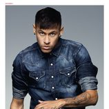 Neymar posa con un conjunto denim de Replay