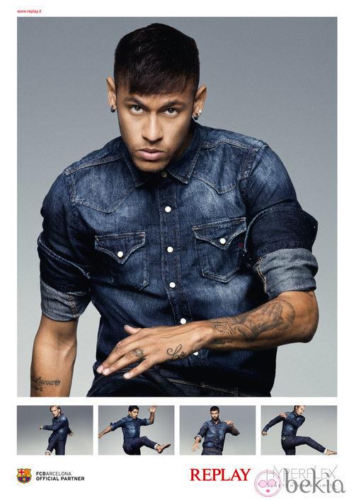 Neymar posa con un conjunto denim de Replay