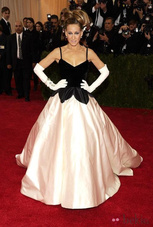 Sarah Jessica Parker con un diseño en blanco y negro de Oscar de la Renta