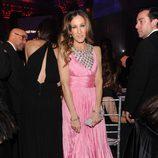 Sarah Jessica Parker con un diseño rosa chicle con pedrería de Oscar de la Renta