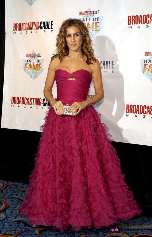 Sarah Jessica Parker con un vestido drapeado y falda bordada en tono cereza de Oscar de la Renta