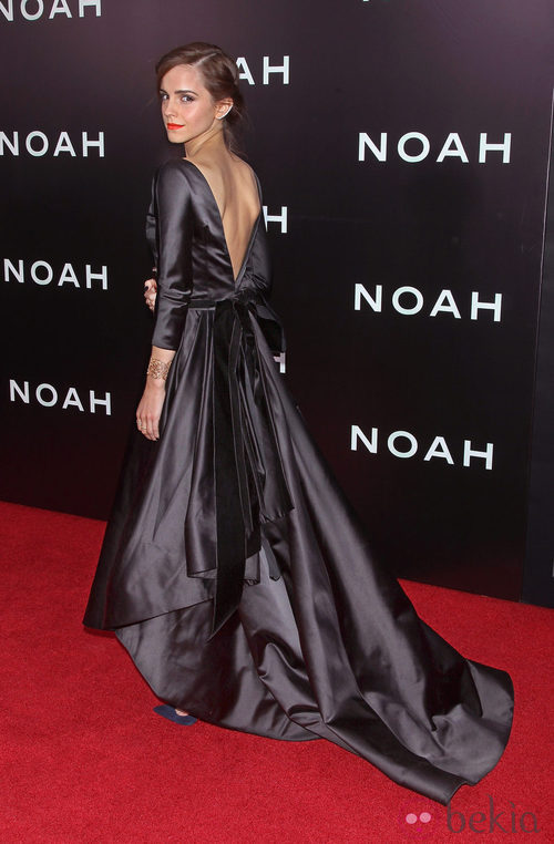 Emma Watson con un vestido negro de Oscar de la Renta con escote espaldero.