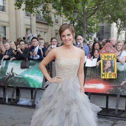Emma Watson con un vestido gris con falda de tul de Oscar de la Renta