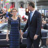 La Reina Letizia junto al Rey Felipe VI a su llegada a los Premios Príncipe de Asturias 2015